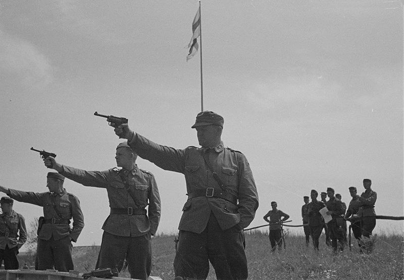 Финские офицеры на занятиях по стрельбе ведут огонь из пистолетов Lahti L-35