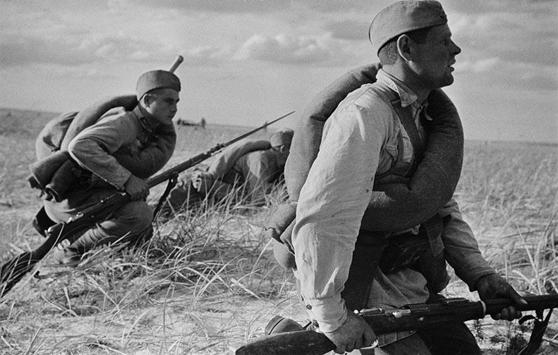 Советские солдаты в поле во время наступления на Харьковском направлении.<